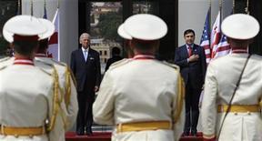 <p>Вице-президент США Джозеф Байден (слева) и президент Грузии Михаил Саакашвили в официальной приветственной церемонии в президентской резиденции в Тбилиси 23 июля 2009 года. Россия в четверг заявила, что помешает перевооружению Грузии и пригрозила странам, помогающим прозападному Тбилиси модернизировать вооруженные силы. REUTERS/Irakli Gedenidze</p>