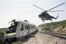 <p>Группа спасателей на вертолете подлетает к сошедшему с рельсов пассажирскому поезду недалеко от курортного города Сплит на Адриатическом море, Хорватия 24 июля 2009 года.Пассажирский поезд, следовавший из курортного города Сплит на Адриатическом море в столицу Хорватии Загреб, сошел с рельсов около полудня. Точное количество пострадавших неизвестно, сообщили местные телевизионные каналы. REUTERS/ Str New</p>