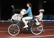<p>A model rides a Yamaha Motor's new motor-assisted bicycle at its test-ride event in Tokyo July 24, 2009. REUTERS/Toru Hanai</p>