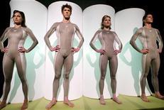 <p>Quattro nuotatori, tra cui il plurimedagliato Michael Phelps (il secondo da sinistra), con indosso un costume Speedo. REUTERS/Peter Morgan</p>