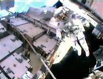 <p>O astronauta Chris Cassidy, em foto tirada da câmera do capacete do colega Tom Marshburn, durante a caminhada desta sexta-feira para concluir a substituição de baterias no sistema de eletricidade por energia solar a bordo da Estação Espacial Internacional. REUTERS/NASA TV</p>