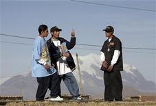 <p>Miembros de un grupo de rap en El Alto en las afueras de La Paz. Julio 14, 2009. No sólo con huelgas y bloqueos se protesta en Bolivia. A 4.100 metros sobre el nivel del mar, en la ciudad de El Alto, cientos de jóvenes escupen su descontento social a través de ácidas rimas que llevan un sello muy particular: la lengua aymara de sus padres y abuelos.Fotografía tomada el 14 de julio de 2009. REUTERS/David Mercado (BOLIVIA RAP)</p>