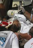 <p>Felipe Massa caricato in ambulanza dopo l'incidente durante le qualificazioni del Gran Premio di Ungheria. REUTERS/ Stringer (HUNGARY SPORT MOTOR RACING)</p>