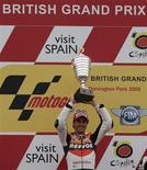 <p>Andrea Dovizioso esulta dopo la vittoria. REUTERS/Darren Staples (BRITAIN SPORT MOTOR RACING)</p>