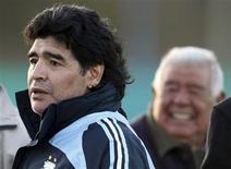 <p>Técnino da seleção da Argentina, Diego Maradona, em foto de arquivo, acertou com o time até a Copa América de 2011. REUTERS/Marcos Brindicci</p>