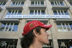 <p>Un fan della Ferrari di fronte all'ospedale AEK di Budapest, dove da sabato scorso è ricoverato il pilota Felipe Massa dopo l'incidente in pista. REUTERS/Karoly Arvai</p>