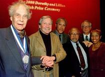 <p>Il ballerino e coreografo Merce Cunningham (a sinistra) posa con altri artisti a New York, 18 ottobre 2000. PM/SV</p>