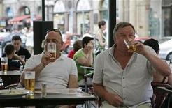 <p>British tourists drink beer in central Prague August 12, 2008. REUTERS/David W Cerny</p>
