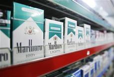 <p>Сигареты Marlboro на прилавке магазина в Нью-Йорке 1 апреля 2009 года. Российские курильщики продолжают сокращать расходы на вредную привычку: во втором квартале усилилось падение продаж премиальных сигарет американской Philip Morris наряду со значительным ростом оптовых отгрузок дешевых табачных изделий. REUTERS/Lucas Jackson</p>