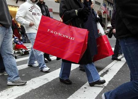 Shoppers carry bags as they walk down Fifth Avenue in New York, December 6, 2008. REUTERS/Chip East