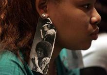 """<p>Imagen de archivo de una admiradora de Michael Jackson con aros hechos de imágenes del cantante, en Detroit, 7 jul 2009. Los aspirantes a disc jockey que lloran la muerte de Michael Jackson podrán volver a descubrir la música de su artista favorito gracias a una nueva tecnología francesa que permite a los fanáticos crear nuevas mezclas de los éxitos del """"Rey del Pop"""". REUTERS/Rebecca Cook/Archivo</p>"""
