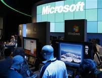 <p>Imagen de archivo de visitantes en un stand de Microsoft en una exposición en Las Vegas, 9 ene 2009. Microsoft Corp y Yahoo anunciaron el miércoles un acuerdo sobre tecnologías de búsquedas en internet, mediante el cual el gigante del software manejará el negocio de búsquedas de Yahoo. REUTERS/Rick Wilking/Archivo</p>