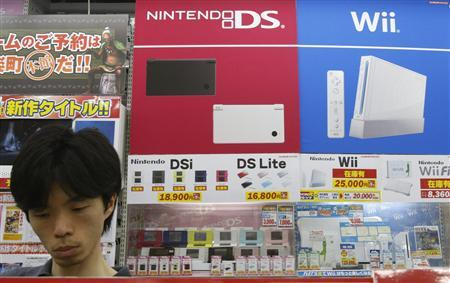 A man looks at Nintendo Co's DS game software displayed at an electronics store in Tokyo July 30, 2009. Nintendo reported a 66 percent fall in quarterly operating profit on slowing demand for its Wii videogame console and a stronger yen, and stuck to its full-year forecast for a decline of 12 percent. REUTERS/Yuriko Nakao