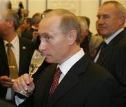 <p>Владимир Путин пьет шампанское во время церемонии награждения в Кремле в Москве 28 октября 2005 года. Премьер России Владимир Путин отклонил предложение чиновников повысить акцизы на алкоголь в 2010 году, что привело бы к росту цен на водку. REUTERS/Alexander Natruskin</p>