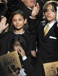 <p>I figli di Michael Jackson, Paris (a sinistra) assieme a Prince Michael Jackson II e Prince Michael Jackson I alla cerimonia in ricordo del padre. REUTERS/Gabriel Bouys/Pool</p>