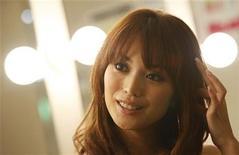"""<p>La importante modelo japonesa Yuri Ebihara habla en una entrevista con Reuters en Tokio, 26 jul 2009. La famosa modelo japonesa Yuri Ebihara ha dejado sus huellas en Asia, pero ahora quiere ganar un lugar sobre la pasarela internacional con las otras súpermodelos del mundo. La mujer, de 29 años, decidió que es """"demasiado sexy"""" para continuar en Japón y quiere compartir la alfombra roja con la farándula internacional en París, Nueva York y Milán. REUTERS/Issei Kato</p>"""