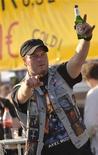 """<p>Фанат с бутылкой пива в руке на фестивале тяжелой музыки Wacken Open Air в деревне Вакен, недалеко от Гамбурга, Германия 30 июля 2009 года. Музыкальных фанатов, собравшихся на крупнейший в мире фестиваль тяжелой музыки в Германии, организаторы просят """"не целоваться, не обниматься и не пожимать руки"""", чтобы предотвратить распространение вируса гриппа А/H1N1. REUTERS/Morris Mac Matzen</p>"""