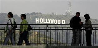 <p>Imagen de archivo de personas en un centro comercial con vista hacia el letrero de Hollywood en California, 14 mar 2008. Armando del Moral, un destacado periodista que cubrió el negocio del entretenimiento para el mundo hispanohablante durante la década de 1940 y 1950, falleció el 21 de julio a los 93 años en North Hollywood de causas naturales. Del Moral también ayudó a fundar los premios Globos de Oro; actuó como representante de Hollywood para el sindicato de actores mexicanos; escribió, produjo y dirigió un radioteatro; y ayudó a los estudios cinematográficos con sus campañas publicitarias en idioma español. REUTERS/Fred Prouser/Archivo</p>