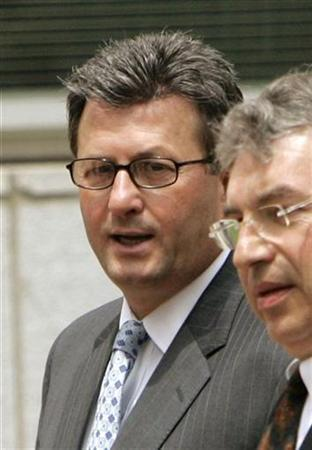 Joseph Nacchio (L), the former chief executive of Qwest Communications International, leaves the Denver Federal Courthouse with his attorney Jeffrey Speiser after being sentenced in the Qwest case in Denver, Colorado, in this July 27, 2007 file photo. Ex-Qwest Chief Executive Joseph Nacchio could get his six-year prison sentence and $52 million penalty for insider trading reduced, after an appeals court said on Friday he was improperly sentenced. REUTERS/Rick Wilking/Files