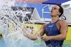 <p>César Cielho comemora vitória na final dos 50m livre, sua 2a medalha de ouro conquistada no Mundial de Esportes Aquáticos de Roma 01/08/2009 REUTERS/Tony Gentile</p>