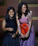 """<p>L'attivista cambogiana Somaly Mam (a destra) riceve il premio """"Donna dell'anno"""" assieme a una bambina che ha salvato dalla prostituzione, nel 2006 a New York. REUTERS/Lucas Jackson</p>"""
