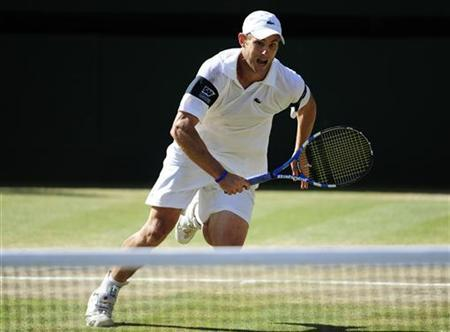 Andy Roddick of the U.S. runs for the ball during his Gentlemen's Singles finals match against Roger Federer of Switzerland at the Wimbledon tennis championships in London, July 5, 2009. REUTERS/Toby Melville