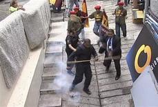 <p>Captura de video de activistas atacando el cuartel de Globovisión en Caracas, 3 ago 2009. Un grupo de simpatizantes del presidente Hugo Chávez atacó el lunes con bombas lacrimógenas la sede de Globovisión, canal al cual el mandatario venezolano ha amenazado con cerrar por considerar que su información es un peligro para la salud pública. REUTERS/Globovision/Handout</p>