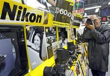 <p>Nikon affiche un bénéfice surprise au premier trimestre 2009-2010, les réductions de coûts ayant compensé la faiblesse de la demande pour certains de ses produits, mais anticipe une aggravation de ses pertes sur l'ensemble de l'exercice. /Photo d'archives/REUTERS/Yuriko Nakao</p>