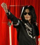 """<p>Foto de archivo del cantante Michael Jackson durante la conferencia de prensa de presentación de una serie de conciertos en la Arena O2 de Londres, 5 mar 2009. Columbia Pictures y la promotora de conciertos AEG Live llegaron a un acuerdo para hacer una película sobre Michael Jackson usando videos de sus ensayos para el concierto """"This Is It"""", grabados días antes de su muerte, revelaron documentos de la corte. REUTERS/Stefan Wermuth</p>"""