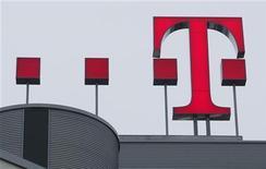 <p>Deutsche Telekom a réalisé sur le trimestre avril-juin un bénéfice avant impôt, charges financières, dépréciation et amortissement (Ebitda) en hausse de 5,6% à 5,3 milliards d'euros, pour un chiffre d'affaires de 16,2 milliards, en progression de 7,4%. /Photo prise le 27 février 2009/REUTERS/Ina Fassbender</p>