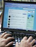 """<p>Le site internet de micro-blogging Twitter était hors service depuis environ 16h00 (14h00 GMT) jeudi, en raison d'une attaque pirate. Selon son co-fondateur, Biz Stone, Twitter a été victime d'une attaque de """"déni de service"""", technique consistant à surcharger de connexions les serveurs du site. /Photo d'archives/REUTERS/Michael Caronna</p>"""