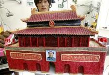 <p>El peluquero chino Huang Xing exhibe una réplica de la puerta de Tiananmen en su peluquería de Pekín, 3 ago 2009. Se han visto esculturas de piedra. Y de arena. Ahora incluso las hay de pelo humano. REUTERS/David Gray</p>