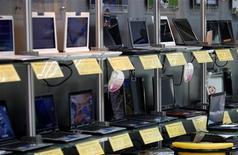 <p>Selon le cabinet Gartner, les ventes d'ordinateurs personnels ont reculé de 3,3% en Europe occidentale au deuxième trimestre, la popularité des netbooks ayant permis de limiter l'effondrement du marché, qui ne devrait pas rebondir avant 2010. /Photo d'archives/REUTERS/Nicky Loh</p>