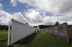 <p>Tourists walk between the Wall and the security fence at the former East German border in the village of Moedlareuth, about 300 kilometres (186 miles) south of Berlin, July 24, 2009. REUTERS/Fabrizio Bensch</p>