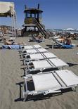 <p>Lettini vuoti a Ostia. REUTERS/Chris Helgren (ITALY)</p>