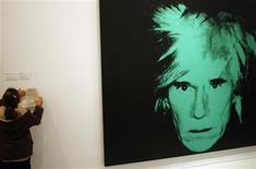 """<p>Foto de archivo de un autroretrato de Andy Warhol en Madrid, 23 nov 2007. Un retrato del desaparecido """"rey del pop"""" Michael Jackson, realizado por el """"rey del arte pop"""" Andy Warhol, se exhibirá en Londres hasta el sábado antes de salir a la venta en una subasta de pintura de 1984 en Nueva York. REUTERS/Susana Vera</p>"""