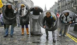 <p>Performers from The Aluminum Show are seen in the Royal Mile during the Edinburgh Fringe Festival, Scotland August 7, 2008. REUTERS/David Moir</p>