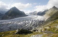 <p>Le glacier d'Aletsch, le plus important d'Europe. Alors que leurs ancêtres ont prié Dieu pendant plus de deux siècles pour qu'il freine l'extension menaçante de ce glacier, les habitants de Fieschertal et de Fiesch, dans les Alpes suisses ont décidé de demander audience au pape Benoît XVI pour qu'il leur permette d'inverser l'intention de leurs prières, en raison du recul du glacier provoqué par le réchauffement climatique. /Photo d'archives/REUTERS/Stefan Wermuth</p>