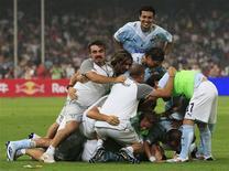 <p>Campeã da Copa da Itália, a Lazio surpreendeu a Inter de Milão, campeã da liga italiana, com dois gols em dois minutos no início do segundo tempo e conquistou a Super Copa com o placar de 2 x 1 no estádio Ninho do Pássaro em Pequim neste sábado. REUTERS/David Gray</p>