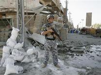 <p>Иракский полицейский на месте взрыва в Багдаде 10 августа 2009 года. Взрывы автомобилей, начиненных взрывчаткой, унесли жизни по меньшей мере 41 человека в Багдаде и на севере Ирака. Полиция называет начавшуюся на прошлой неделе серию терактов самой масштабной с момента вывода американских войск из иракских городов в июне. REUTERS/Bassim Shati</p>