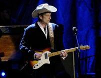 """<p>Foto de arquivo de Bob Dylan durante apresentação em Los Angeles, maio de 2004. Dylan deve lançar um álbum de canções de Natal, incluindo """"Here Comes Santa Claus"""" e o cântico """"O Little Town of Bethlehem"""", de acordo com páginas de música na Internet. REUTERS/Robert Galbraith</p>"""