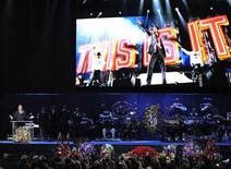 <p>Foto de archivo del director Kenny Ortega durante el funeral de Michael Jackson realizado en el Staples Center de Los Angeles, EEUU, 7 jul 2009. Un juez estadounidense anunció el lunes la aprobación de varios acuerdos de negocios que involucran el patrimonio de Michael Jackson, incluyendo una película basada en grabaciones en video de los últimos días del rey del pop. REUTERS/Mark J. Terrill/Pool</p>