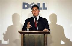 <p>Foto de archivo de Michael Dell, presidente y director ejecutivo de Dell inc. durante una conferencia de prensa en Tokio, 24 mar 2009. Dell presentó el martes una línea de computadoras personales para niños con la marca conjunta de Nickelodeon, el primero de una serie de acuerdos comerciales para animar su negocio para consumidores. REUTERS/Issei Kato</p>