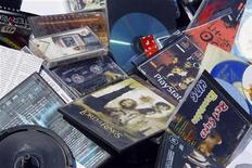 <p>Pocpie piratate di CD e DVD, Bucarest, 23 aprile 2009. REUTERS/Bogdan Cristel</p>