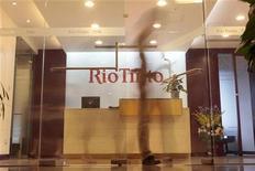 <p>Люди проходят мимо Rio Tinto Limited Shanghai Representative Office в Шанхае 12 августа 2009 года. Китайские власти формально арестовали четырех сотрудников горнодобывающей компании Rio Tinto, задержанных в июле, но сняли с них наиболее серьезное из обвинений - в сборе сведений, составляющих государственную тайну. REUTERS/Aly Song</p>