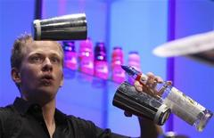 <p>Gianluigi Bosco durante la preparazione del suo cocktail. REUTERS/Thomas Peter</p>