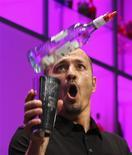 <p>Alemão Levent Yilmaz no Torneio mundial de coquetéis em Berlim. 11/08/2009. REUTERS/Thomas Peter</p>