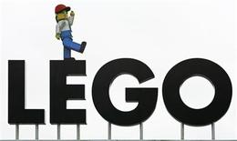 """<p>El logo de Lego en la entrada del parque temático de la sede de la empresa en Biliund, Dinamarca, 1 feb 2008. El estudio Warner Bros. y el productor Dan Lin adquirieron los derechos para un largometraje basado en el clásico juguete Lego, y contrataron a los guionistas Dan y Kevin Hageman para escribir la historia. El proyecto, que mezclará las técnicas de acción en vivo y animación, será ambientado en el mundo de Lego y se enfocará en la idea de la imaginación infantil con temas como la creatividad y el trabajo en equipo, similar a """"Toy Story"""". REUTERS/Bob Strong/Archivo</p>"""