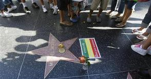 <p>Fan intorno alla stella di Michael Jackson lungo la Walk of Fame a Hollywood. REUTERS/Mario Anzuoni</p>