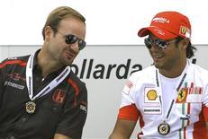 <p>Foto de arquivo do piloto da Ferrari de Fórmula 1 Felipe Massa conversa com o compatriota Rubens Barrichello em Istambul. 23/08/2007. REUTERS/Osman Orsal</p>